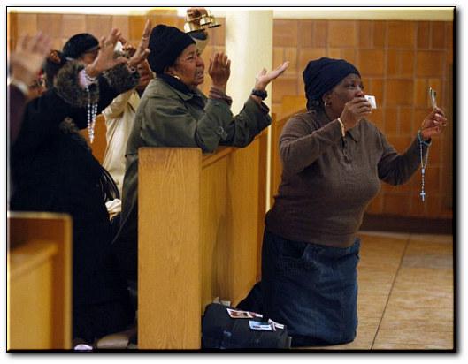 Des femmes prient pour Haïti